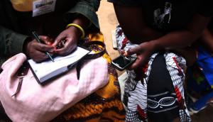 Campesinos usando móviiles para informarse sobre la ubicación de centros asistenciales .